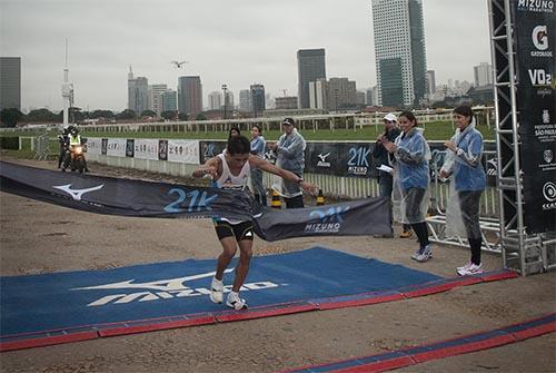 b236954d8f2 Renilson Vitorino da Silva vence a Mizuno Half Marathon SP 2014   Foto   Diogo Lucato